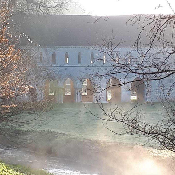 Abbaye Notre-Dame Fontaine-Guérard à Radepont dans la brume Culture et Patrimoine