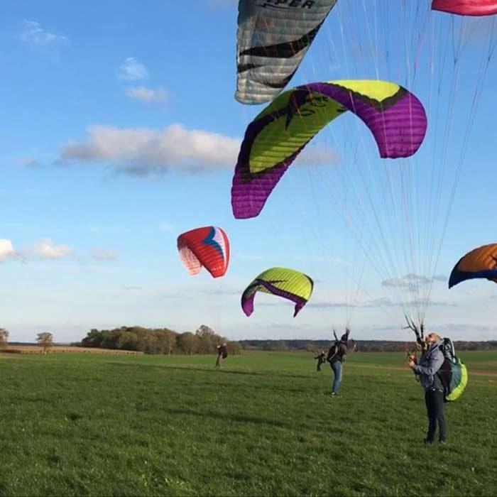 Paramoteurs volant au dessus d'un champs Ailes en ciel Ferrières-en-Bray Loisirs