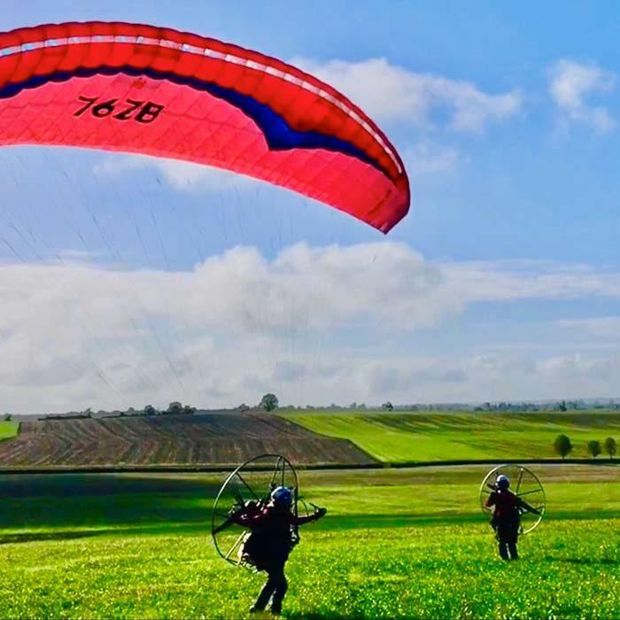 Paramoteur dans un champs Ailes en ciel Ferrières-en-Bray Loisirs