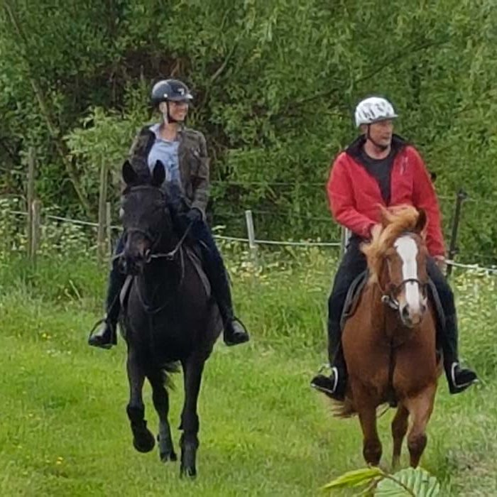 Cavaliers faisant une balade à cheval dans la nature Ecurie de la Forêt de Lyons à La Feuille Loisirs