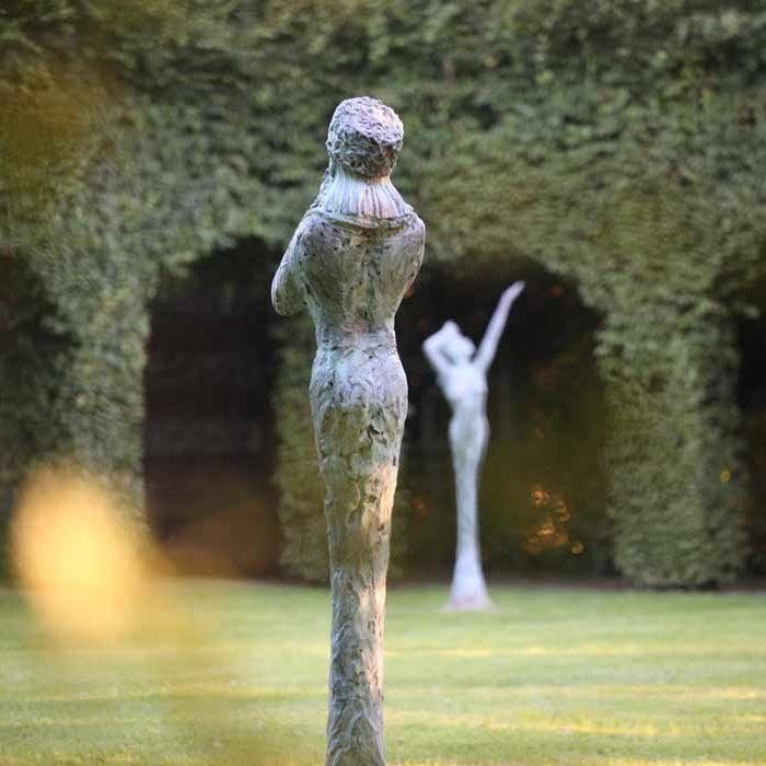 Jardin des sculptures Château de Bois-Guilbert vue jardin avec sculptures nature
