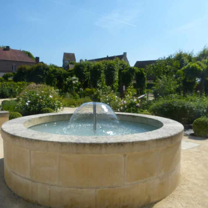 Fontaine dans jardinMaladerie Saint-Lazarre à Beauvais Culture et Patrimoine